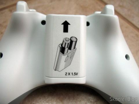 Parte de baixo do controle de XBox 360: compartimento de pilhas