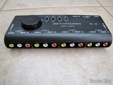 Conectores na parte traseira do chaveador de áudio e vídeo com S-Video