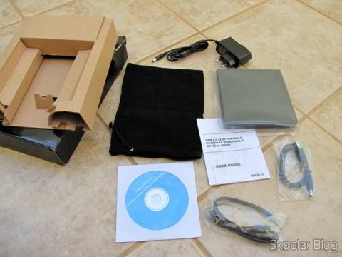 Drive Óptico Portátil Combo Blu-ray, DVD+/-RW e CD-RW, acompanhado de cabo USB, cabo de energia, adaptador AC, saquinho para transporte, manual de instruções e CD com driver para Windows 98