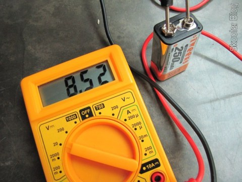 Bateria recém-chegada indicando 8,52V no multímetro