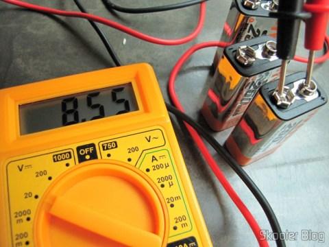 A terceira bateria recém-chegada, indicando 8,55V no multímetro