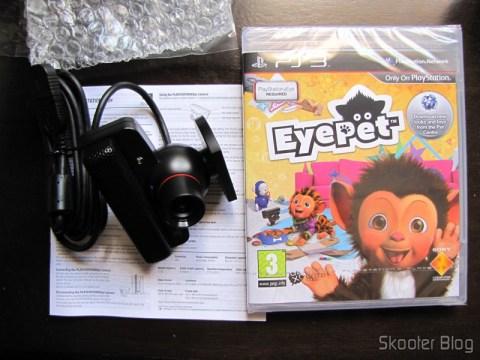 A câmera Playstation Eye, o manual de instruções e o jogo EyePet