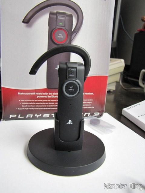 O Headset Bluetooth Wireless Oficial do PS3 acoplado ao craddle