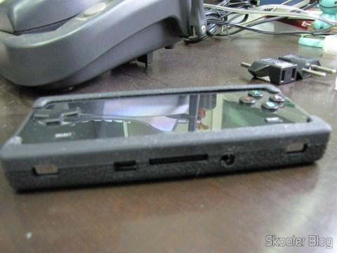 Lateral da Capa Protetora de Silicone para o Dingoo A-320, com os oríficios para a entrada USB, entrada de cartões, auto-falantes e saída A/V.