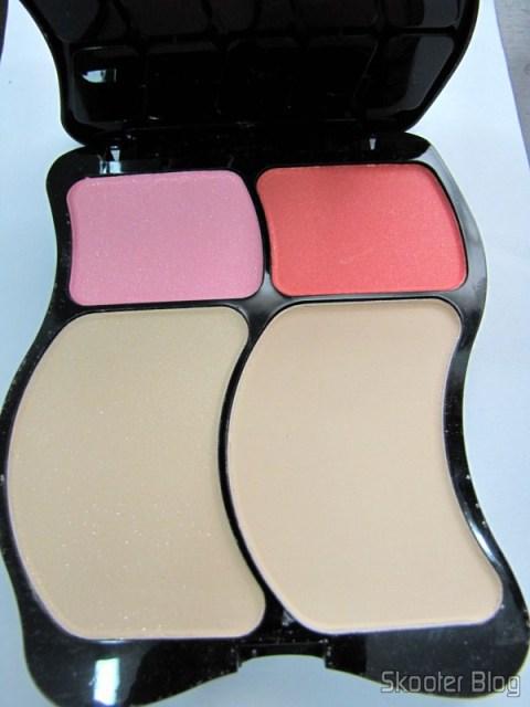 O segundo nível do estojo de maquiagens com 2 pós e 2 blushs