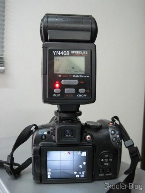 A Canon PowerShot SX10 IS com o Flash Yongnuo Speedlite YN-468 acoplado