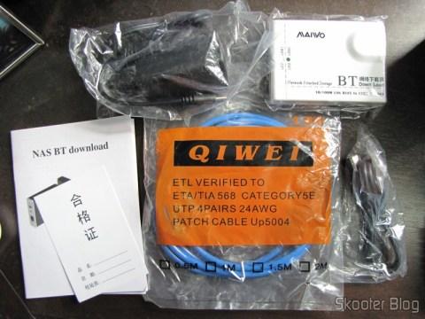 O NS-K330, com fonte, cabo de rede, cabo USB e manuais