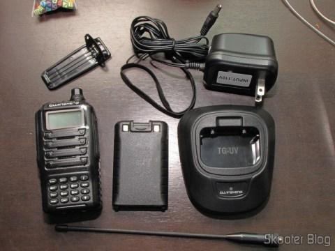 O Rádio HT Quansheng Walkie-Talkie Multi-Banda VHF/UHF, Dual Frequency, com VOX, Lanterna e Rádio FM e todos os seus acessórios