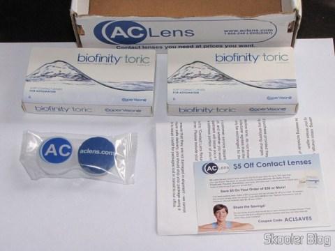 Dentro da caixinha da ACLens: as duas caixas de lentes, estojo para lentes, invoice e cupom de desconto para a próxima compra