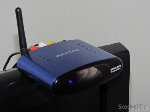 O transmissor do kit posicionado sobre uma TV para ficar em um ponto mais alto
