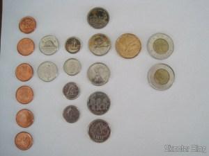 Moedas canadenses. Da esquerda para a direita: pennies, nickels, dimes, quarters, loonies e toonies.
