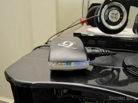 Receptor GPS Bluetooth para Navegação e Rastreamento com 20 canais sendo recarregado em uma porta USB do PC