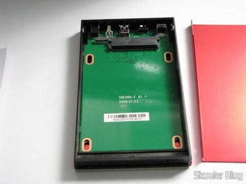 """Case para HD externo 2.5"""" SSK SHE066-F vermelho aberto: conector SATA e espaço para O HD"""