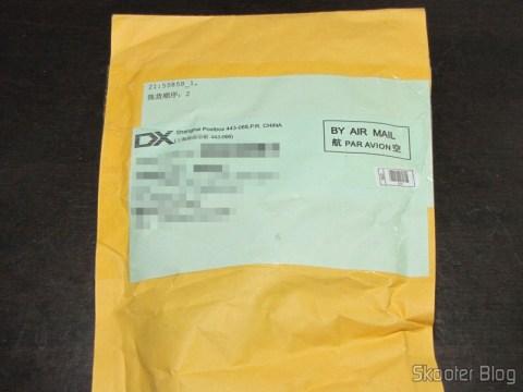 Pacote da DealExtreme com o Carregador/Adaptador Dual USB para iPad com tomada para carro DC 12~24V