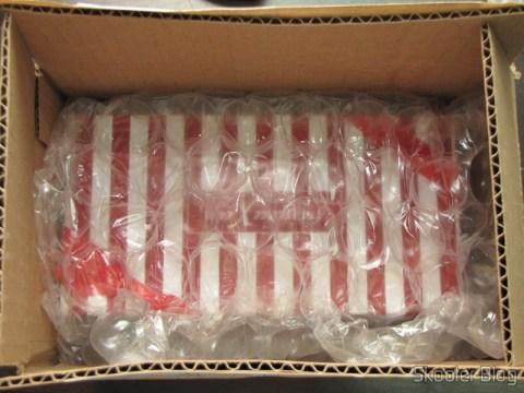 Dentro da caixa, a caixinha de presentes embrulhada com plástico bolha