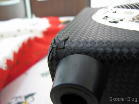 O dano na madeira causado no transporte do Rádio de Madeira, Recarregável com Energia Solar, com MP3 Player, FM, Slot SD, Slot USB e Auto Falante com Luzes