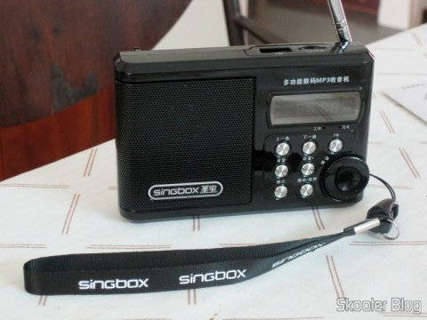 "Rádio Portátil e MP3 Player Singbox SV922 com FM, USB, TF, SD, Alto-Falante, LCD de 1.5"" (SINGBOX SV922 1.5"" LCD MP3 Player Speaker w/ FM / USB / TF - Black)"