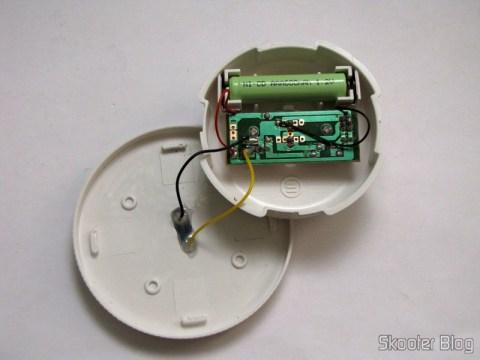 O circuito e a pilha AAA da Lâmpada Cerâmica Decorativa com Luz Multicolorida, Alimentada com Energia Solar, com Padrão de Folha de Maple, Branca