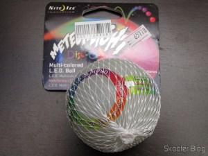 Bola de Borracha com LED Multi-Colorido para Animais de Estimação Nite Ize MeteorLight (Nite Ize METEORLIGHT Multi-Colored LED Rubber Ball Toy for Pet (2 x CR2016)) em sua embalagem