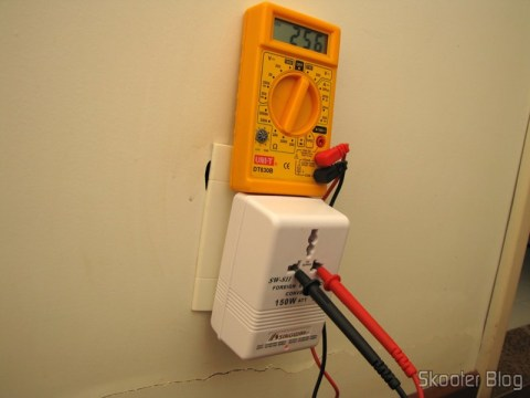 Multímetro medindo a tensão de saída do Conversor de Voltagem AC para Viagem Duplo Sentido Singway 150W (Singway 150W 2-Way AC Travel Voltage Converter)