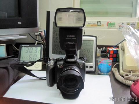 "Flash TTL YongNuo Speedlite YN565EX c/ LCD 2.0"" para Canon DSLR (YongNuo Y565EX 2.0"" LCD TTL Flash Speedlite Speedlight for Canon DSLR - Black (4 x AA)) acoplado na Canon Powershot SX10 IS"