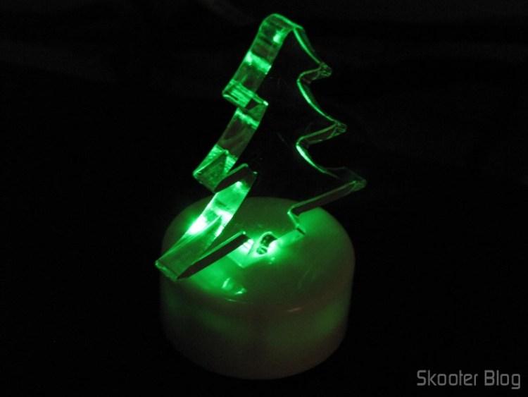 Árvore de Natal Acrílica Transparente com LED colorido (Christmas Tree Shaped Crystal Color LED Night Lamp Light), em funcionamento