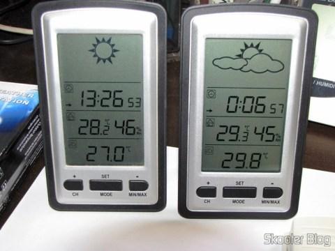 As duas Estações de Tempo com LCD de 4″, Relógio, Higrômetro, e Sensor de Temperatura Interno e Externo Sem Fio (4″ LCD Wireless Out/Indoor Weather Station with Clock and Outdoor Temperature Sensor (2*AA)) funcionando lado a lado