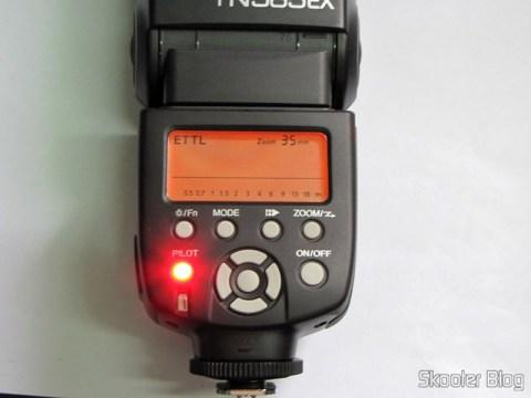"Flash TTL YongNuo Speedlite YN565EX c/ LCD 2.0"" para Canon DSLR (YongNuo Y565EX 2.0"" LCD TTL Flash Speedlite Speedlight for Canon DSLR - Black (4 x AA)) em funcionamento"