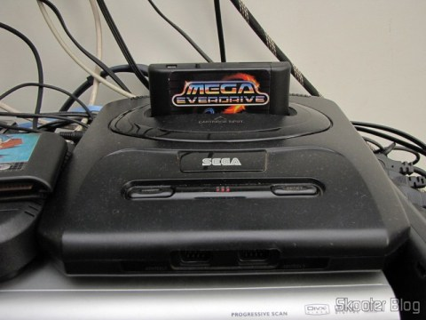 Mega EverDrive no compartimento de cartuchos do Mega Drive
