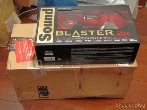 Creative Sound Blaster ZX SBX PCIE Gaming Sound Card with Audio Control Module SB1506 em sua caixa, sobre o pacote da Amazon