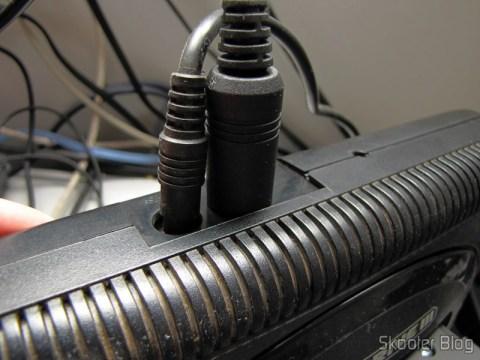 Plug Mini-DIN 9 do Cabo de áudio e vídeo SCART RGB + Som RCA para Mega Drive III da Tectoy, Mega Drive II japonês e europeu, e Sega Genesis 2 e 3 (Sega Megadrive/Genesis 2 AV RGB Scart cable + RCA sound) conectado ao Mega Drive