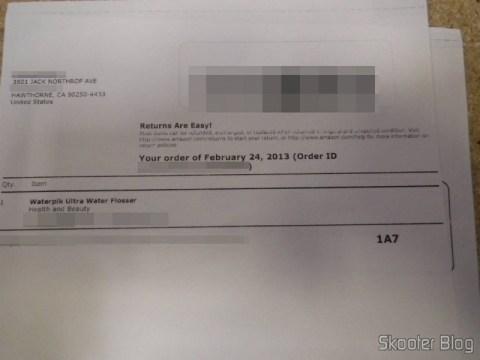Invoice da Amazon, sem valores, na caixa com o Waterpik Ultra Water Flosser - Foto enviada pela Shipito