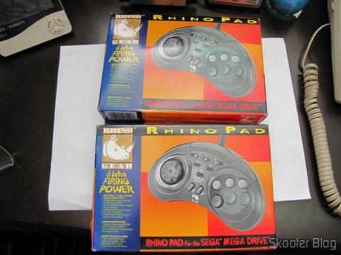 Controladores de 6 Botões ASCII 'Rhino' para Mega Drive (Mega Drive ASCII 'Rhino' 6 button controller) em suas respectivas caixas