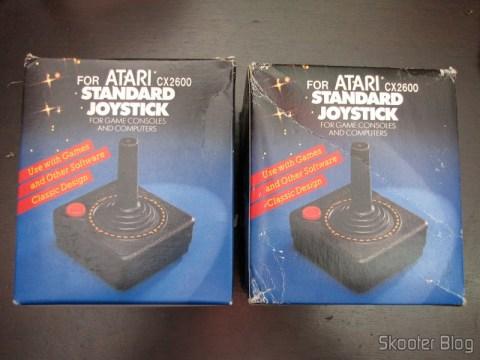 2 Joysticks de Atari 2600 Novos (New 2x Atari 2600 Joystick Controllers / 30 day Warranty OEM), em suas respectivas caixas