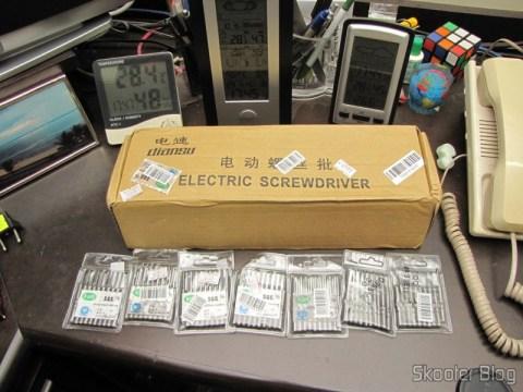 Parafusadeira Eletrica Profissional 2.0E5 100-240V (2.0E5 Professional Electric Screwdriver Hand Tool (100-240V/US Plug)), Pontas de Chave Philips Intercambiáveis 5 x 60 x 1.8 (5 x 60 x 1.8 - 0# Philips Screw Driver Interchangeable Tips (10-Pack)), Pontas de Chave Philips Intercambiáveis 5 x 60 - 1# (5 x 60 - 1# Philips Screw Driver Interchangeable Tips (10-Pack)), Pontas de Chave Philips Intercambiáveis 5 x 60 x 4.0 (5 x 60 x 4.0 - 1# Philips Screw Driver Interchangeable Tips (10-Pack)), Pontas de Chave Philips Intercambiáveis 5 x 60 x 2.5 (5 x 60 x 2.5 - 1# Philips Screw Driver Interchangeable Tips (10-Pack)), Pontas de Chave Philips Intercambiáveis 5 x 60 x 1.6 (5 x 60 x 1.6 - 00# Philips Screw Driver Interchangeable Tips (10-Pack)), Pontas de Chave Philips Intercambiáveis 5 x 60 x 3.0 (5 x 60 x 3.0 - 1# Philips Screw Driver Interchangeable Tips (10-Pack)), Pontas de Chave Philips Intercambiáveis 5 x 60 x 2.0 (5 x 60 x 2.0 - 1# Philips Screw Driver Interchangeable Tips (10-Pack))