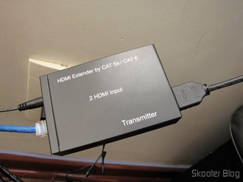 Transmissor do Conjunto Extensor HDMI sobre cabo de rede Cat5e / Cat6 (1080P HDMI Over CAT5E / CAT6 Extender Set - Black (2-Input / 1-Output)) em funcionamento