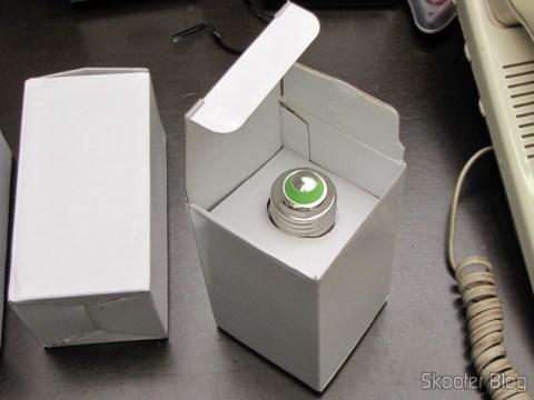 Tirando uma das Lâmpadas LED 9W Luz Branca 7000K 1100 lumens E27 COB LED (110~220V) (E27 9W 1100lm 7000K White Light COB 1-LED Bulb - White (110~220V)) de sua embalagem