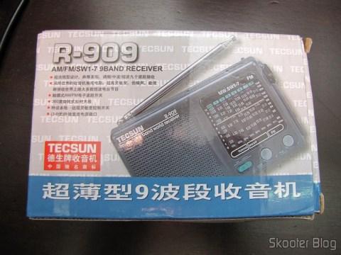 Portable radio Tecsun R-909 Multiband com 9 FM bands / AM / SW (7 Shortwave bands, 2 x AA) (TECSUN R-909 Portable FM / MW / SW Multiband AM / FM Radio Receiver – Black (2 x AA)) on its packaging