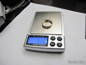 Balança de Precisão Digital de Bolso (Máximo 300g / Resolução 0.01g) (Precision Digital Pocket Scale (300g Max / 0.01g Resolution)) pesando uma aliança de ouro