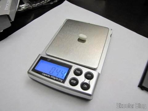 Balança de Precisão Digital de Bolso (Máximo 300g / Resolução 0.01g) (Precision Digital Pocket Scale (300g Max / 0.01g Resolution)) pesando um Tic Tac