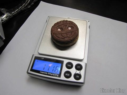 Balança de Precisão Digital de Bolso (Máximo 300g / Resolução 0.01g) (Precision Digital Pocket Scale (300g Max / 0.01g Resolution)) pesando uma bolacha Trakinas (ou biscoito Trakinas pra vocês que não são paulistas :P)
