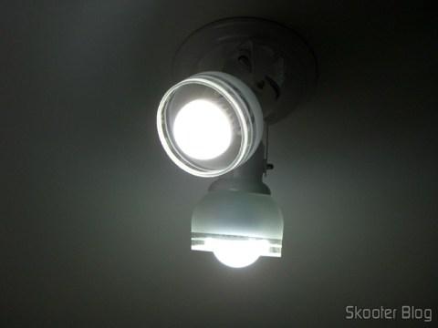 2 Lâmpadas LED 9W Luz Branca 7000K 1100 lumens E27 COB LED (110~220V) (E27 9W 1100lm 7000K White Light COB 1-LED Bulb – White (110~220V)) instaladas em uma luminária