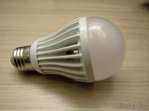 A Lâmpada LED 9W Luz Branca 7000K 1100 lumens E27 COB LED (110~220V) (E27 9W 1100lm 7000K White Light COB 1-LED Bulb – White (110~220V)) que veio com defeito. Curiosamente a tintura branca é mais amarelada que nas demais.