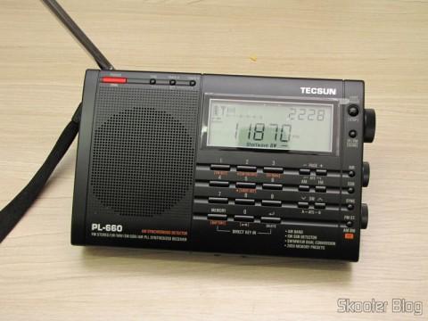 Radio Multi-Banda Mundial Tecsun PL-660 FM, AM (Ondas Médias), Ondas Curtas, Ondas Longas e Escuta Aeronáutica (TECSUN PL-660 (Black) AIR/FM/SW/MW/LW World Band Radio) sintonizando ondas curtas