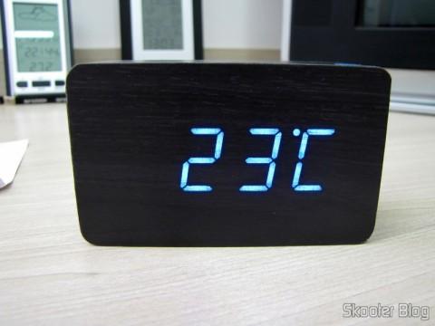 Relógio com Alarme Estilo Madeira c/ LED Azul e Temperatura (Wood Style Alarm Clock w/ Blue LED + Temperature – Black + Grey (4 x AAA/USB)), em funcionamento, mostrando a temperatura