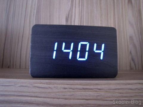 Wood Alarm Clock with Style w / Blue LED Temperature (Wood Style Alarm Clock w/ Blue LED + Temperature – Black + Grey (4 x AAA/USB)), operation, showing the hours