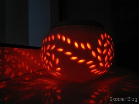Lâmpada Decorativa com 2 LEDs, Luz Branca 1W 6 lumens 5500~6000K + RGB (Vermelha, Verde e Azul) com Padrão de Folha de Maple em funcionamento