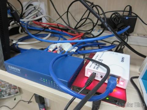 Switch 8 Portas Gigabit Ethernet 10/100/1000Mbps CORSN CS-1008G (CORSN CS-1008G 8-Port 100Mbps / 1000Mbps Switch – Blue), Case para HD externo 2.5″ SSK SHE066-F vermelho – Solução para armazenamento móvel, e NS-K330 – Servidor USB/NAS/FTP/SAMBA/Impressão/UPNP/Compartilhamento + Cliente de BitTorrent