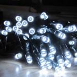 Lâmpadas LED do Pisca-Pisca de Natal com 60 Lâmpadas LEDs de Luz Branca, 8 metros (60-LED White Light Solar Christmas Lamp String – Dark Green (8m-Cable)), em funcionamento