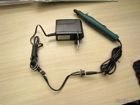 Adaptador feito com dois jacks P4 conectando fonte de alimentação e mini grinder